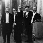 """Erich Salomon. Aristide's Briandas rodo į Erichą Salomoną sušukdamas """"Štai! Pažiūrėkit!"""", Paryžius, 1931 m. © Bildarchiv Preußischer Kulturbesitz"""
